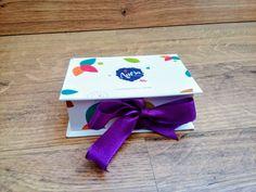 Case box para pendrive.      Revestido em papel personalizado.   Arte enviada pelo cliente ou fazemos de acordo com disponibilidade do tema.      Fazemos outras cores e temas.