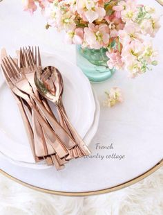 Rose gold cutlery on the tables French Country Cottage, French Country Style, French Country Decorating, Cottage Style, Country Rose, Cottage Design, Cottage Living, Living Room, Table Origami
