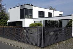 Zu modernen Häusern passen Zäune aus Aluminium. Foto: djd / Super-Zaun