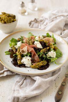 Blattsalat mit eingelegtem Spargel, Rohschinken und Burrata Rezept - Der perfekte Frühlingssalat ist für uns der knackige Blattsalat mit eingelegtem Spargel, Rohschinken und Burrata. #spargel #rohschinken #burrata #salat #rezept #frühlingsssalat Strudel, Beef, Food, Pickled Asparagus, Hams, Easy Meals, Meat, Essen, Meals
