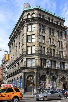 Corner of Bowery and Spring Street, New York City -  um dos meus predios favoritos.