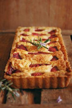 Crostata frangipane alle fragole, rosmarino e aceto balsamico