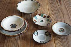 """沖縄のやちむんらしい""""イングァー(印花)""""と呼ばれるお花のような模様が可愛らしい器こちらは【横田屋窯】のやちむん。 Ceramic Clay, Okinawa, Wabi Sabi, Dog Bowls, Decorative Plates, Pottery, Ceramics, Tableware, Pots"""