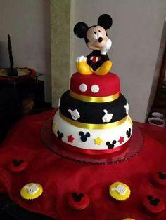 Resultado de imagen para torta mickey mouse un piso Bolo Do Mickey Mouse, Mickey And Minnie Cake, Fiesta Mickey Mouse, Minnie Mouse Cake, Mickey 1st Birthdays, Mickey Mouse First Birthday, Mickey Mouse Clubhouse Birthday Party, Mickey Mouse Party Decorations, Mickey Mouse Parties