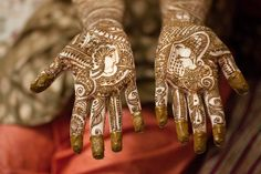 Mehendi is an integral part of Indian, South Asian and most Middle Eastern weddings. Mehendi leaves, when applied to skin in paste. Big Indian Wedding, Wedding Henna, Bridal Henna, Red Wedding, Indian Weddings, Mehndi Designs For Hands, Mehandi Designs, Rajasthani Mehndi Designs, Beautiful Indian Brides
