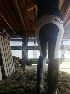 Black and white breeches bottom and rubber riding Black and white breeches bottom and rubber riding - Art Of Equitation Equestrian Girls, Equestrian Boots, Equestrian Outfits, Riding Hats, Horse Riding, Riding Breeches, Horse Gear, Cute Boots, Thalia