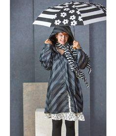 """Gudrun Sjödén Regenmantel """"Dunder"""" aus Baumwolle So schön, dass man sich auf den nächsten Schauer freut! In diesem frech gestreiften Regenmantel mit praktischer Kapuze und schönen Details sind Sie bestens für regnerische Tage gerüstet."""