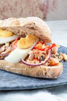 Pan bagnat Pan Bagnat, Pulled Pork, Lunches, Food Inspiration, Brunch, Delish, Sandwiches, Food And Drink, Menu