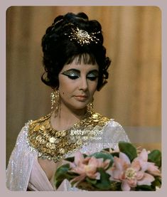 """Elizabeth Taylor looking gorgeous in """"Cleopatra"""" Elizabeth Taylor Movies, Elizabeth Taylor Cleopatra, Miss Elizabeth, Vintage Hollywood, Hollywood Glamour, Hollywood Actresses, Classic Hollywood, Virginia Woolf, Burton And Taylor"""