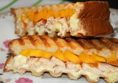 Dubbeldikke tosti met mango, gerookte kip, brie