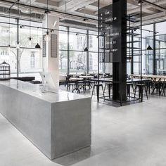 회색공간을 바탕으로 하는 상업공간은 손님들의 가벼운 식음료 제공과 미팅 및 소셜모임을 위한 장소로 활용됩니다. 스웨덴 스톡홀롬에 위치한 오픈 레스토랑은 스칸다비아 디자인의 실용성과 모던함을 바탕으로 기존 공간을 연장합니다. 불필요한 요소는 제거되며, 전체 공간의 프로그램을 위해 가구와 디자인 요소들이 재배치됩니다. 다소 하드한 재료의 선택과 적용이지만 (이를 통해 공간은 모던함 속에 인더스트리얼 분위..