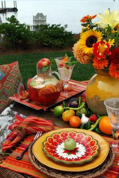 Mexican Fiesta Party Ideas for Cinco de Mayo. Mexican Table Setting, Boho Home, Beautiful Table Settings, Mexican Party, Fiesta Party, Decoration Table, Place Settings, Dinner Table, Outdoor Dining