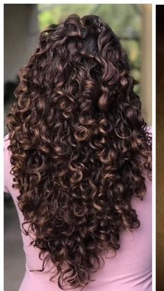 To have beautiful curls in good shape, your hair must be well hydrated to keep all their punch. You want to know the implacable theorem and the secret of the gods: Naturally curly hair is necessarily very well hydrated. Messy Curly Hair, Curly Hair Styles, Cute Curly Hairstyles, Curly Hair Cuts, Trending Hairstyles, Natural Hair Styles, Curly Hair Layers, Long Curly Haircuts, Long Layered Curly Hair