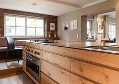 Beleuchtung kücheninsel ~ Holzküche weiße arbeitsplatte und warme indirekte beleuchtung