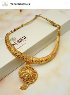 Beautiful necklace ,it will look great on sari Gold Jewellery Design, Gold Jewelry, Jewelery, Gold Necklace, Diamond Necklaces, Swarovski Jewelry, Bridal Necklace, Jewelry Art, Hyderabadi Jewelry
