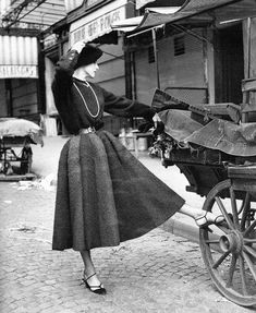 Christian Dior, photo by Willy Maywald, 1949 Vintage Dior, Christian Dior Vintage, Moda Vintage, Vintage Couture, Vintage Vogue, Vintage Glamour, Vintage Dresses, Vintage Outfits, Vintage Hats