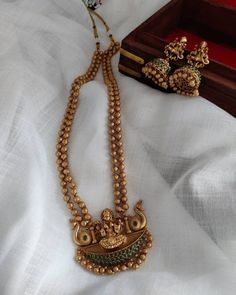 Gold Mangalsutra Designs, Gold Earrings Designs, Gold Jewellery Design, Gold Jewelry, Kerala Jewellery, Temple Jewellery, Wedding Jewelry Sets, Bridal Jewelry, Jewelry Patterns