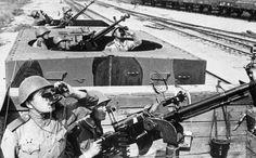 Бронепоезд, оборудованный зенитками и орудиями дальнего боя.