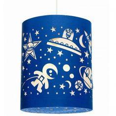 Djeco - Hanglamp space Een bijzonder mooie donkerblauwe lantaarn voor de ruimteliefhebber van het merk Djeco. Deze kanten lamp van papier is prachtig versierd met sterren, planeten, ruimtewezens en ruimtevaartuigen.
