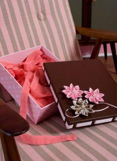 http://www.portaldeartesanato.com.br/materias/855/Fuxico+e+tendencia Passo a passo de fuxico   de papel