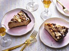 For and easy dessert that's sure to please, look no further than our decadent Butterfinger Pie. Although it takes only 15 minutes to whip up, this candy bar inspired treat is the peanut butter pie upgrade you won't soon forget. Easy Holiday Desserts, Holiday Pies, No Bake Desserts, Delicious Desserts, Oreo Desserts, Eggless Desserts, Christmas Desserts, Cheesecake Recipes, Pie Recipes