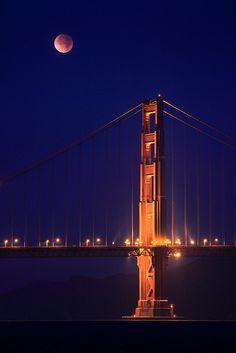 Lunar Eclipse over the Golden Gate Bridge     São Francisco, CA, ESTADOS UNIDOS DA AMERICA