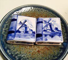 Vintage Delft Blue Salt and Pepper Shakers von LorasVintageShop