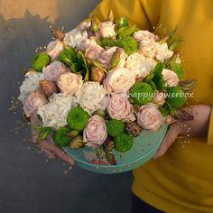 Ох, я завидую тем, кто получает наши коробки:) Здесь гвоздики, розы,  сантини, эустома и сухоцветы.