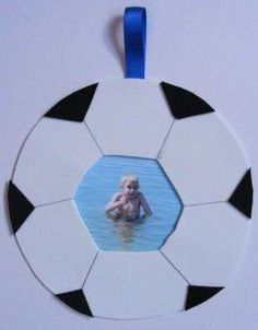 Here is a collection of fun soccer crafts for kids, including printable crafts. They are great for football parties, whenever you need a craft which will appeal to a group of boys, or even World Cup celebrations! Soccer Ball Crafts, Soccer Party, Sports Party, Sports Football, Football Photos, Theme Sport, Photo Frame Crafts, Fathers Day Crafts, Breakfast For Kids