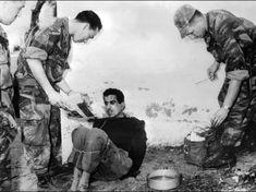 Mars 1957. Les parachutistes du colonel Bigeard interrogent Omar Merouane, soupçonné d'avoir commis de nombreux attentats, qu'ils viennent d'arrêter à Saint-Eugène. (Jacques GREVIN/AFP)