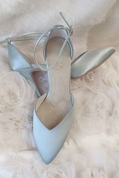 If you want to find very comfortable wedding shoes you have two top choices, one is to wear cowgirl wedding boots (as many of our readers choose). However, cowgirl boots aren't for everyone, even i… Dr Shoes, Cute Shoes, Me Too Shoes, Shoes Heels, Dyeable Shoes, Fall Wedding Shoes, Hair Wedding, Bride Shoes, Stiletto Pumps