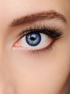 Geschwungene Wimpern: das garantiert eine Wimpernwelle. Was bei langen Haaren funktioniert, muss doch auch bei kurzen Wimpern klappen. Wir haben's getestet.
