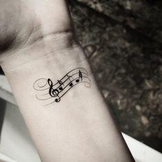 idées tatouages femme portée musical discrète sur le poignet
