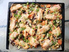 Det er tirsdag og på tide å dele ein smakfull, rask og enkel kvardagsmiddag igjen 🙂 Til denne lakseretten bruker du dei grønnsakene du liker og har tilgjengelig, så har du nesten alt på steikebrettet og rett i ovnen! Eg har laga ein «saus A Food, Food And Drink, Red Curry Paste, Vegetable Pizza, Squash, Quinoa, Potato Salad, Cauliflower, Chicken