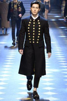 Dolce & Gabbana Fall 2017 Menswear Fashion Show Collection Korean Fashion Men, Mens Fashion, Gold Fashion, Gq, Dolce And Gabbana 2017, Concert Looks, Milan Fashion Weeks, Mode Style, Men's Style