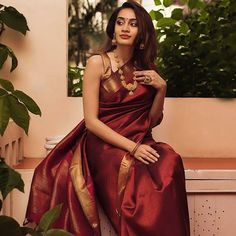 Stylish Blouse Ideas That Can Make Your Saree Look Chic Trendy Sarees, Stylish Sarees, Simple Sarees, Indian Bridal Fashion, Indian Wedding Outfits, Indian Weddings, Indian Outfits, Dress Indian Style, Indian Dresses