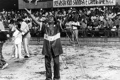 O carnavalesco Joãozinho Trinta depois do desfile das escolas de samba na Sapucaí. Rio Janeiro, anos 80.