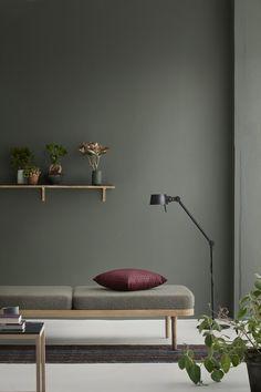 By KlipKlap KK Daybed er et fleksibelt møbel og du har mulighed for sætte dit helt eget personlige præg. Du kan på den ene halvdel lægge en hynde fra by KlipKlap og måske et ryglæn som er betrukket med møbeltekstil af høj kvalitet som købes seperat, mens du kan bruge den anden side som sofabord, lægge dine magasiner, bøger, blomster, lysestager, skåle, yndlingsnips osv. Eller du kan bruge den som sofa ved at placere to hynder og to ryghynder i rammen.