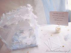Idées de décoration de mariage : faire part, marque place, menu... - Thème anges : urne cage de tulle et plumes