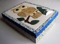 Linda caixa forrada com tecido 100% algodão e com a técnica de patchwork embutido na tampa.    Tema: Coruja  Cor: Azul Floral...