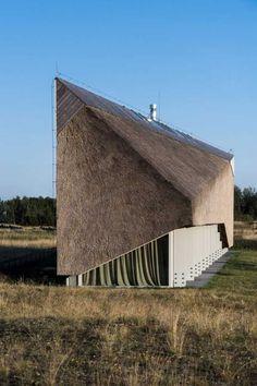 Trstinová slama je umiestnená na doskách, ktoré tvoria vnútornú podobu strechy a zároveň zvonku pokrývajú aj štít strechy.
