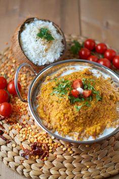 Dals sind unglaublich praktisch. In der Regel sind sie schnell gemacht und dabei sind sieunglaublich gesund, denn sie stellen eine gute pflanzliche Eiweißquelle dar. Dadurch halten sie auch lange satt. Wenn es schnell gehen muss, sind rote und gelbe Linsen dank ihrer kurzen Garzeit besonders von Vorteil. Daherist dieses Gericht in unter 30 Minuten fertigzustellen! Rote und Gelbe Linsen Dal Eigentlich wollte ich etwas weniger indisch kochen und mich mehr auf die orientalische und Thai Küche…