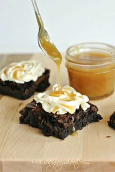 Dark Chocolate Brownies with Salted Caramel Frosting and Homemade Caramel Sauce: easy recipe for #caramel sauce!