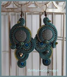 Sötétzöld aszimmetrikus sujtás fülbevaló - tekert - Dark green soutache asymmetrical earrings - wrapped