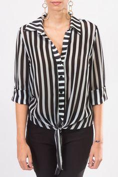 ¿Qué tal esta blusa en blanco y negro con un nudo al frente?