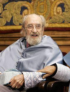 Ángel González cuando fue nombrado doctor honoris causa por la Universidad de Oviedo. (EFE)