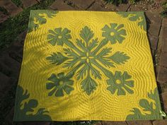 Yellow and green hawiian quilt!  LOVE this...A good friend made Lindsey and Ben one of these for their wedding shower!  BEAUTIFUL!