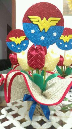 Base em Juta com acabamento em viés, 4 tulipas em tecido, Topper em Eva com gliter com 9cm de diâmetro, Laço em cetim. Wonder Woman Birthday, Wonder Woman Party, Batman Party, Hero Girl, Supergirl, Birthdays, Baby Shower, Base, Christmas