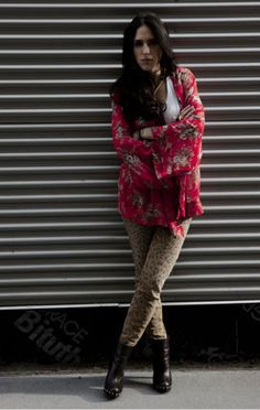 Sari A. y Sari B.: no es lo que tienes sino cómo lo usas / Sari A combina el estampado de leopardo de manera audaz, agregando un kimono rojo, bohemio y floral. El resto del ensamble: sencillo. Top blanco, botines negros, collar dorado. Funciona porque ambos estampados son de tipo micro y por el interesante e imaginativo contraste entre el tono mostaza y el rojo vivo.