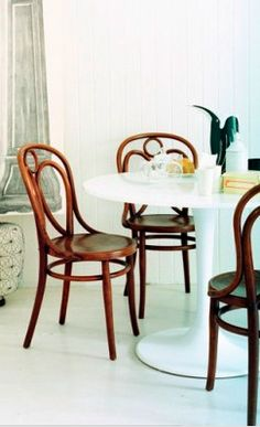 Thonet bentwood chairs and Saarinen table Dining Nook, Modern Dining Table, Dining Room Inspiration, Interior Inspiration, Mesa Tulip, White Wooden Floor, Saarinen Table, Eero Saarinen, Tulip Table